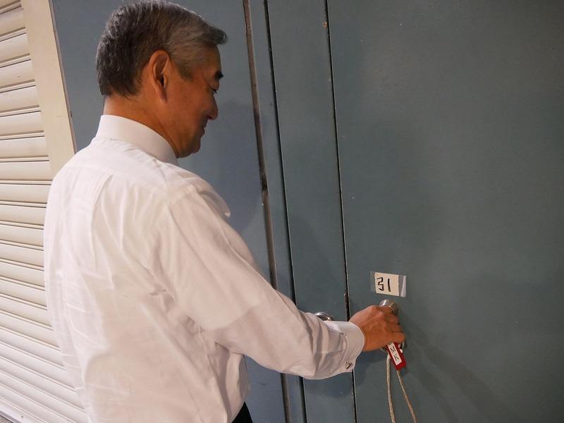 鹿野エグゼクティブプロデューサーが鍵で扉を開ける