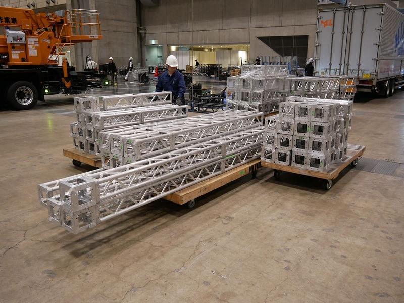天井部に使われるフレームなど、数々の部品が運び込まれる