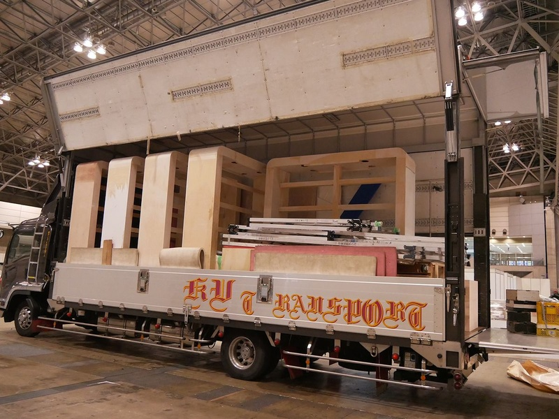大型トラックには展示用に作られた棚も積まれていた