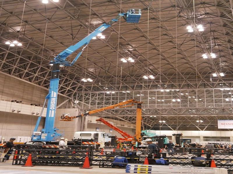 あちこちでクレーンが利用され、天井から吊るすための鉄製ロープを固定する