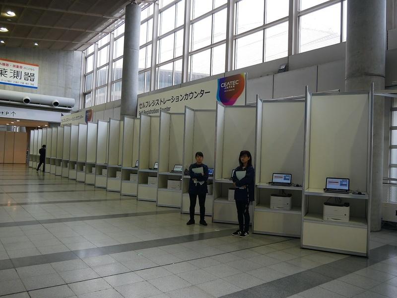 コンコース上に設置されたセルフレジストレーションカウンターは、開催前日午前に設置済み