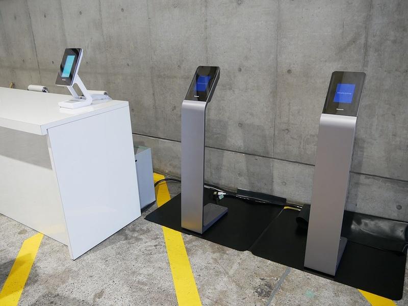プレスセンターの横に設置されたパナソニックの顔認証システム。報道関係者を対象に実証実験を行った
