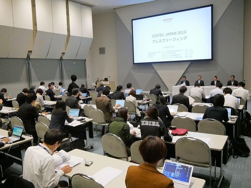 午前10時30分からは国際会議場でシャープが記者会見。世界初のチューナー内蔵8Kテレビが発表された