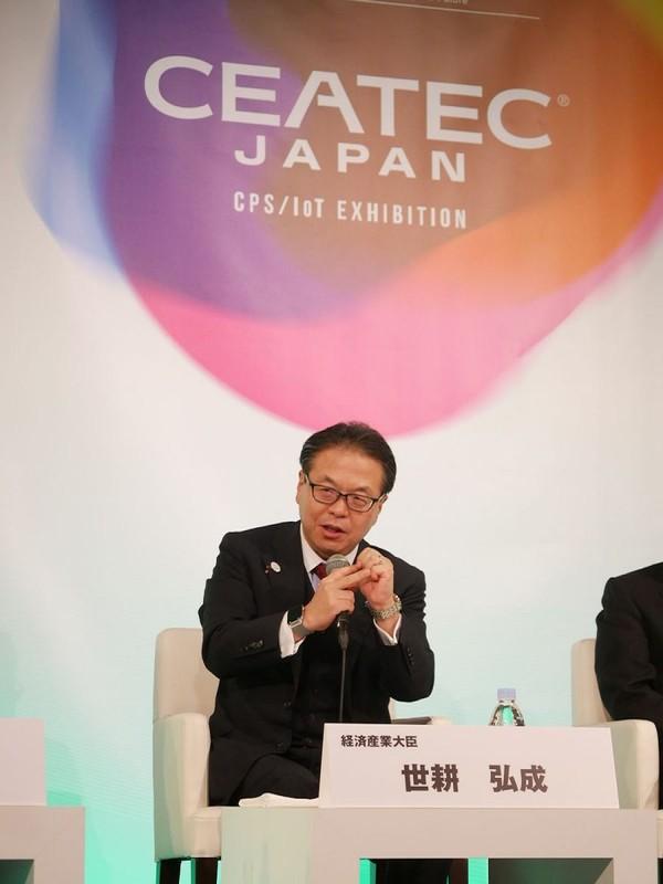 続いて「Connected Industries」コンファレンスが開催され、経済産業省の世耕弘成大臣も出席