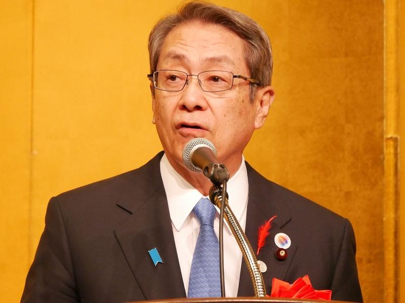 挨拶する総務省の石田真敏大臣