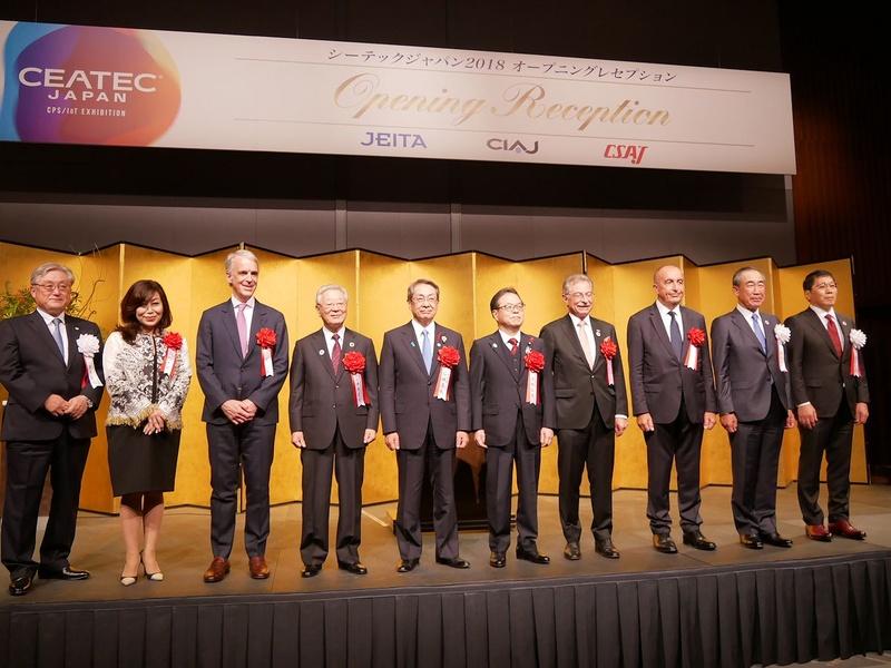 CEATEC JAPAN 2018の関係者で写真撮影
