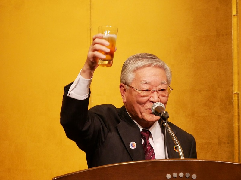 乾杯の音頭を取る経団連の中西宏明会長(日立製作所会長)