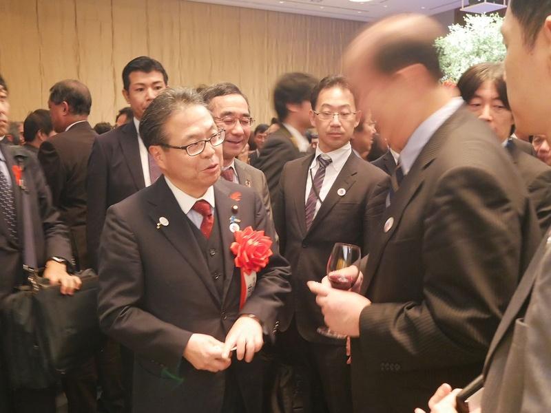 会場では、世耕大臣と歓談する産業界トップの姿も見られた