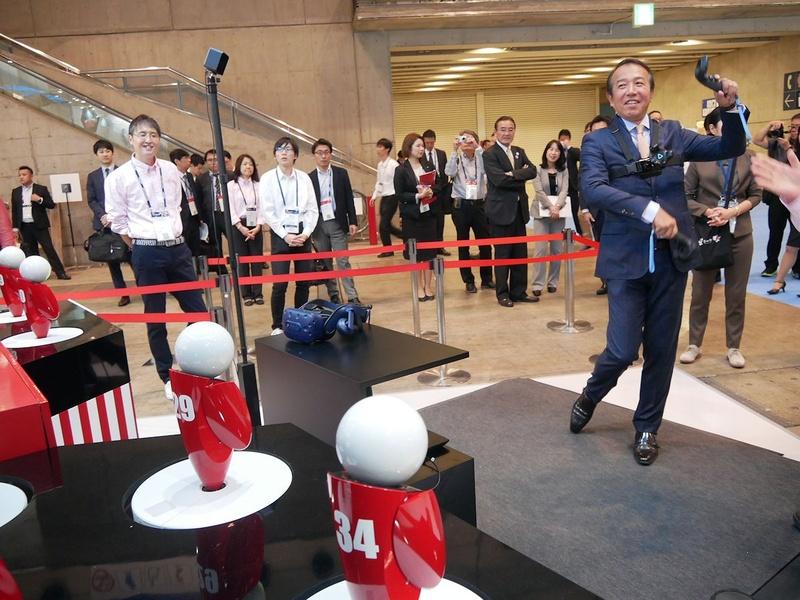 富士通の山田厳英執行役員が自ら動きをもとにロボピンを躍らせるデモストレーション