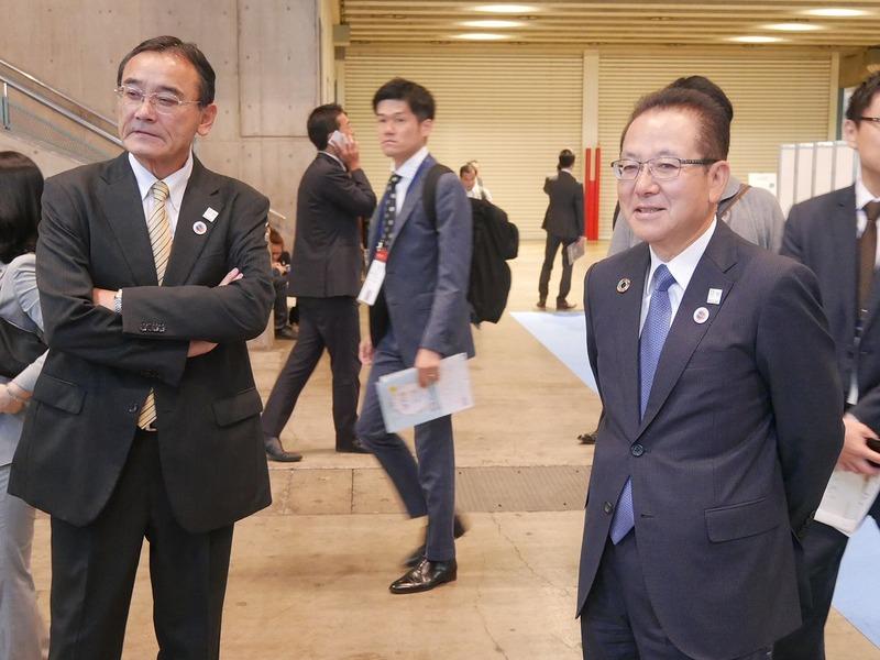 山本正已会長(左)と田中達也社長(中央)に「動きが悪い」と指摘され、山田執行役員(右)は、「仕事のことを言われているみたいで気になる言葉だ」とジョークで返答