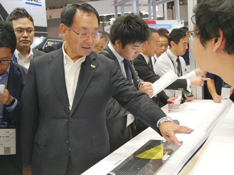 この日は各社のトップが訪問。パナソニックの津賀一宏社長は、自社ブースで予定を上回る30分近く滞在して、説明員に細かく質問をしていた