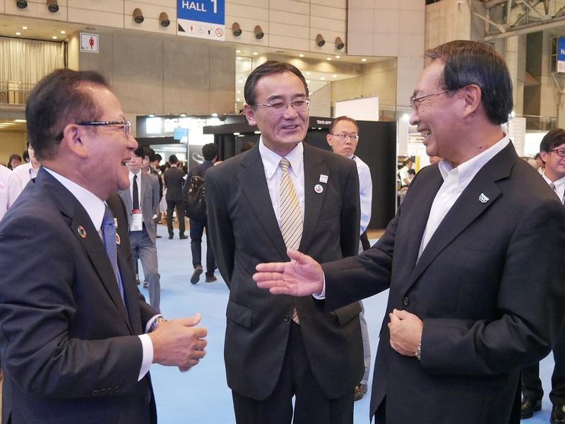 会場で談笑する(左から)富士通の田中社長、山本会長、パナソニックの津賀社長