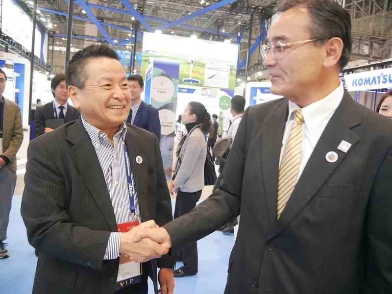富士通の山本会長とシャープの石田佳久副社長。石田副社長はソニー出身。かつてPC事業でライバルだった2人が会場でがっちり握手