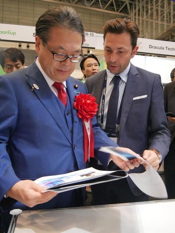 午後4時30分から、経済産業省の世耕弘成大臣が視察。経済産業省の大臣がCEATEC JAPANを視察するのは初めてのこと。まずはCo-Creation Parkを視察。ブースに置いてあった英文の資料を自ら取り上げて内容を確認