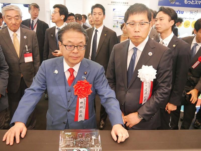 主催者団体のひとつであるCSAJの荻原紀男会長(右)が社長を務める豆蔵ホールディングスのブースも訪問