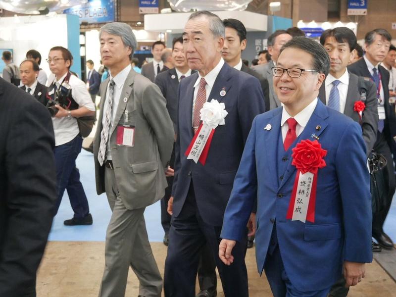 三菱電機ブースでは、CEATEC JAPAN実施協議会会長を務める三菱電機の柵山正樹会長(中央)が帯同