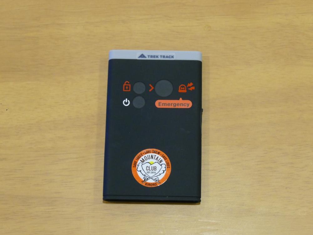 バックカントリー用途のためエマージェンシーボタンが強調されている