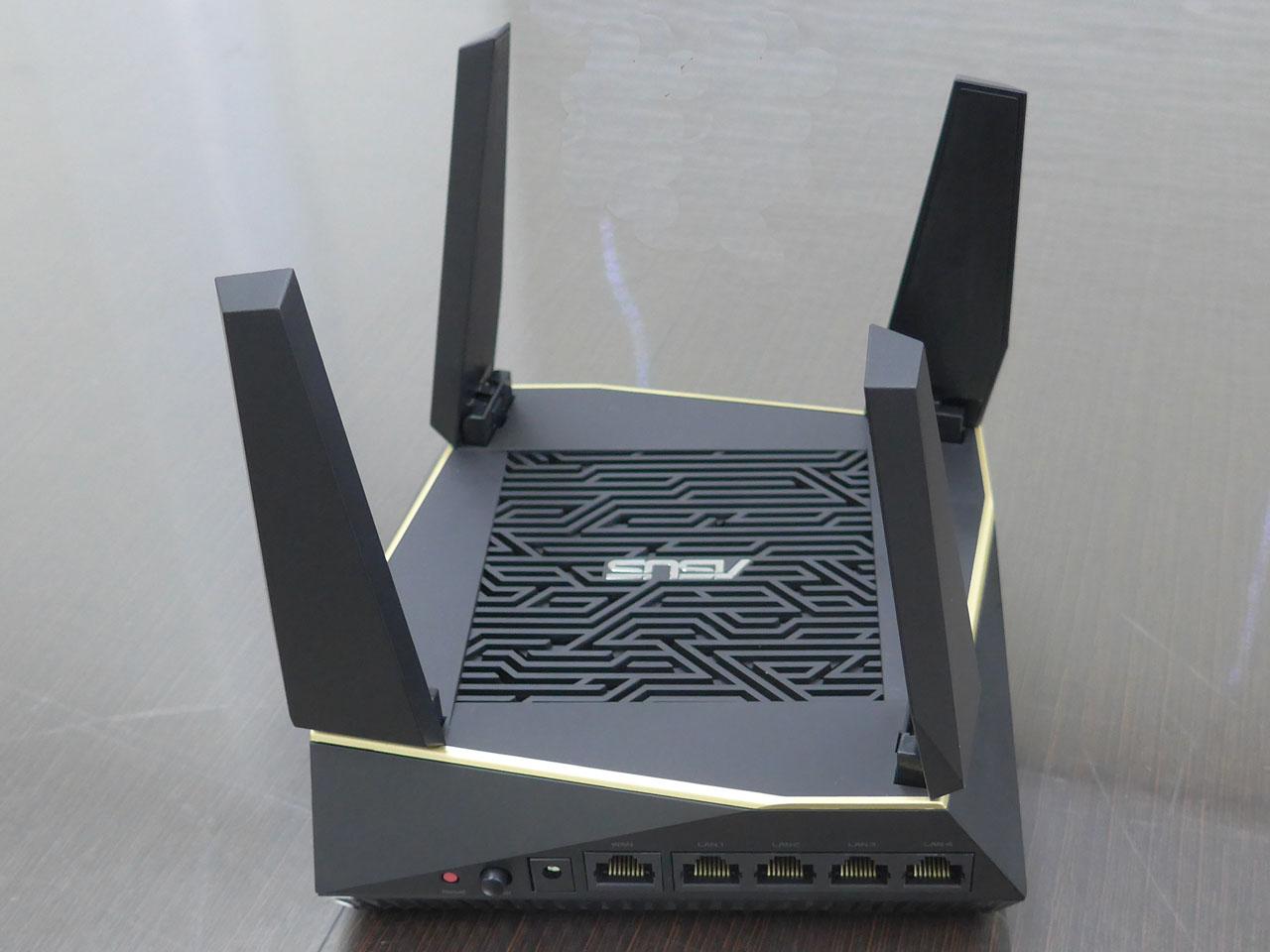 11ax対応の小型Wi-Fiルーター「RT-AX92U」。海外では2台セットが販売されている