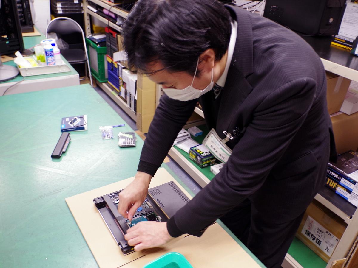 ご対応いただいたツクモ秋葉原サポートセンター・主任の佐々木寛和氏。実演用に持ち込んだThinkPadを見るや「これはだいぶ簡単ですね」と、あっという間に物理的な換装を終えていた
