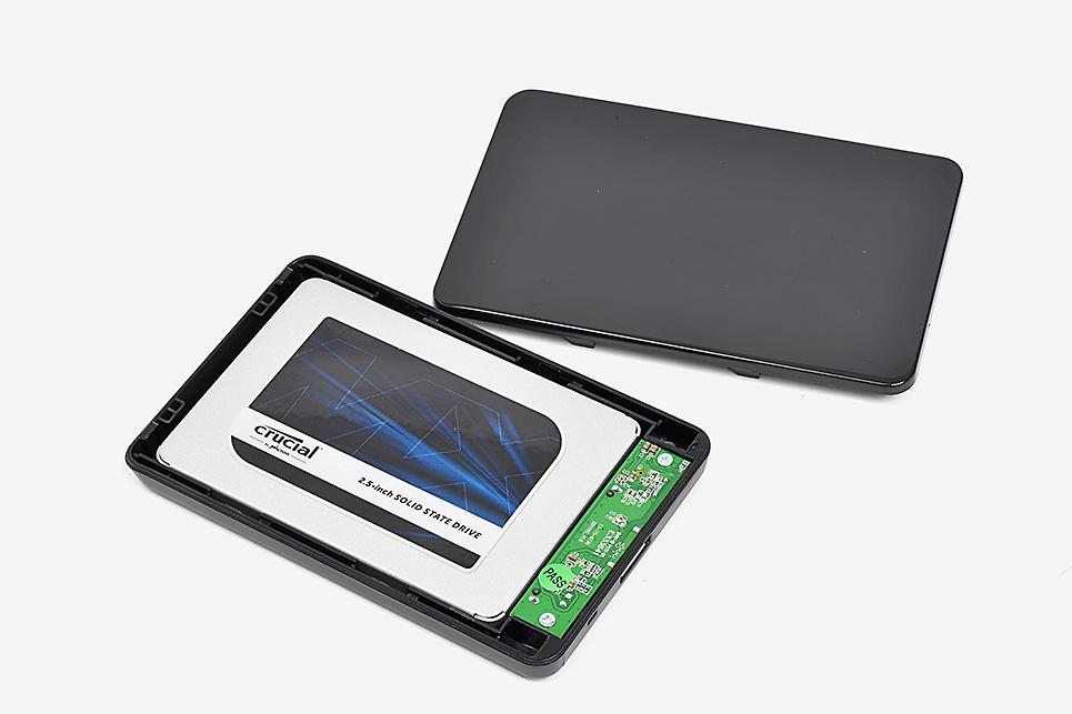 換装作業でも活躍する、USB接続の外付けドライブケース。ケース内にSSDを取り付け、USBでPCにつなげばすぐに利用可能になる。ドライブケースの価格は800円前後からと非常に安価