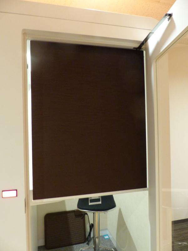 ドア部分はガラスだが、ブラインドを装備。ただし、あえて半分までの長さとし、完全には視線を遮断できないよう配慮している