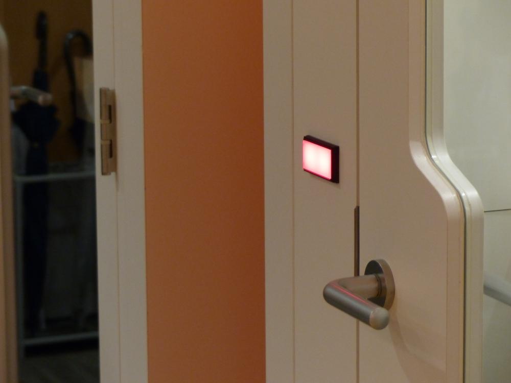 ドアには、使用中であることを示すランプも追加した