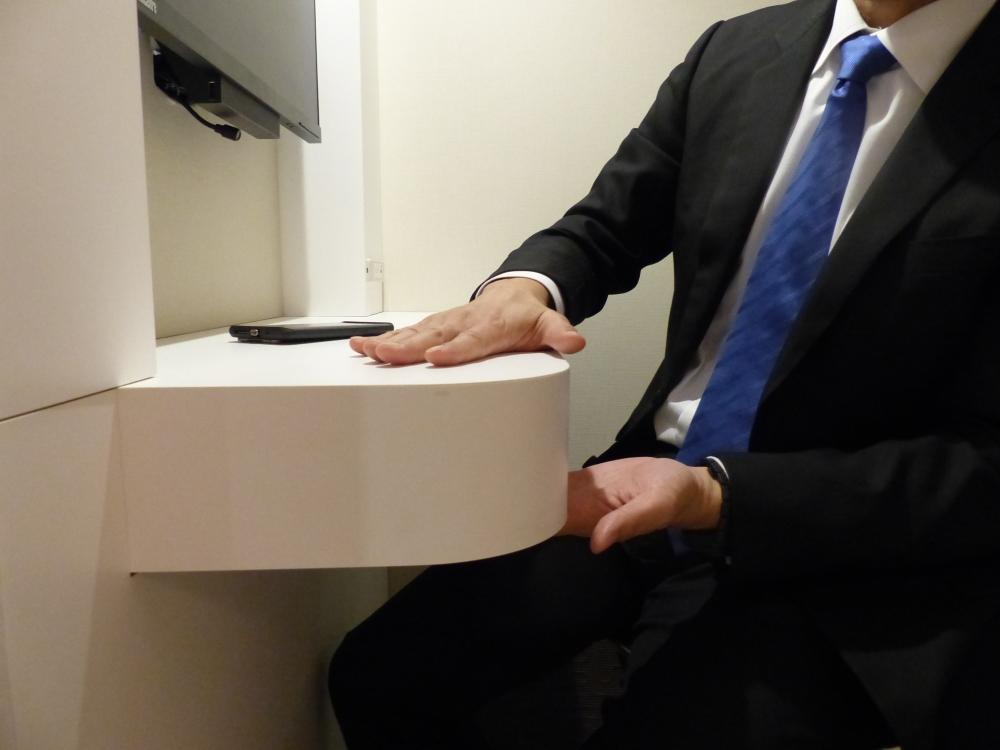 厚みのあるデスク。裏面には人感センサーがあり、照明のオン/オフを自動化
