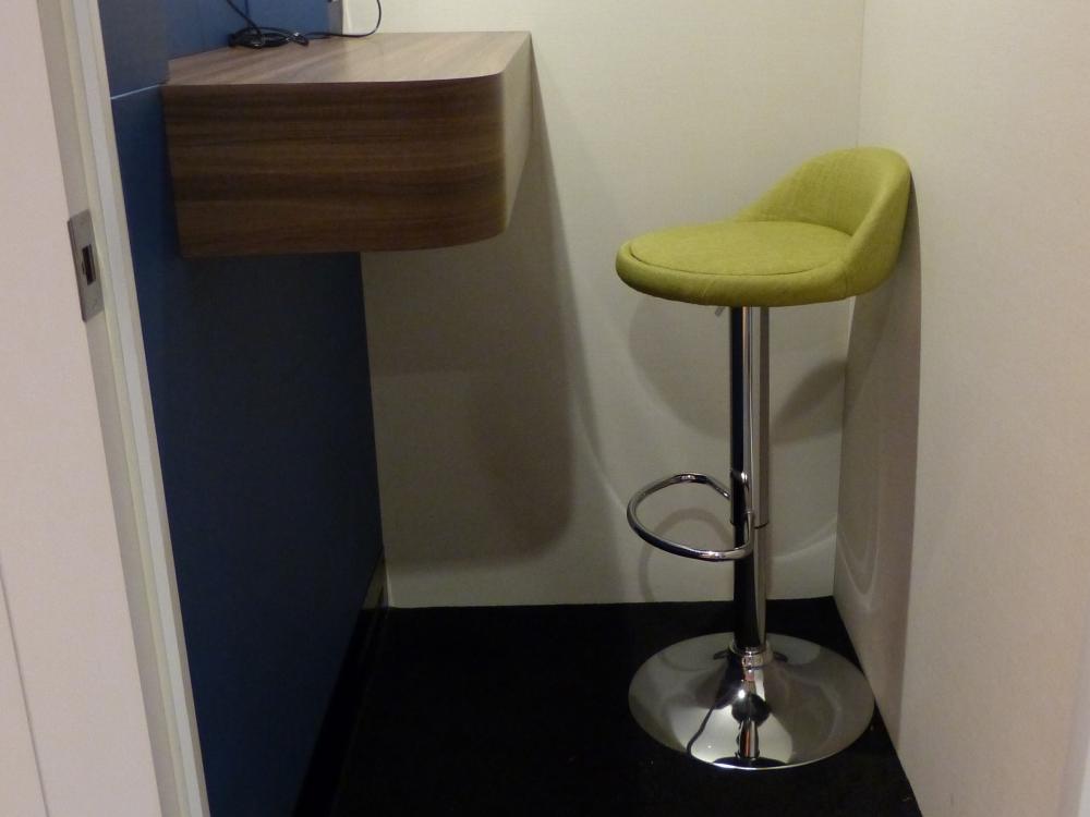 初期モデルは、椅子や、デスク・正面の壁の色などが異なっており、その後のモデルで改良した