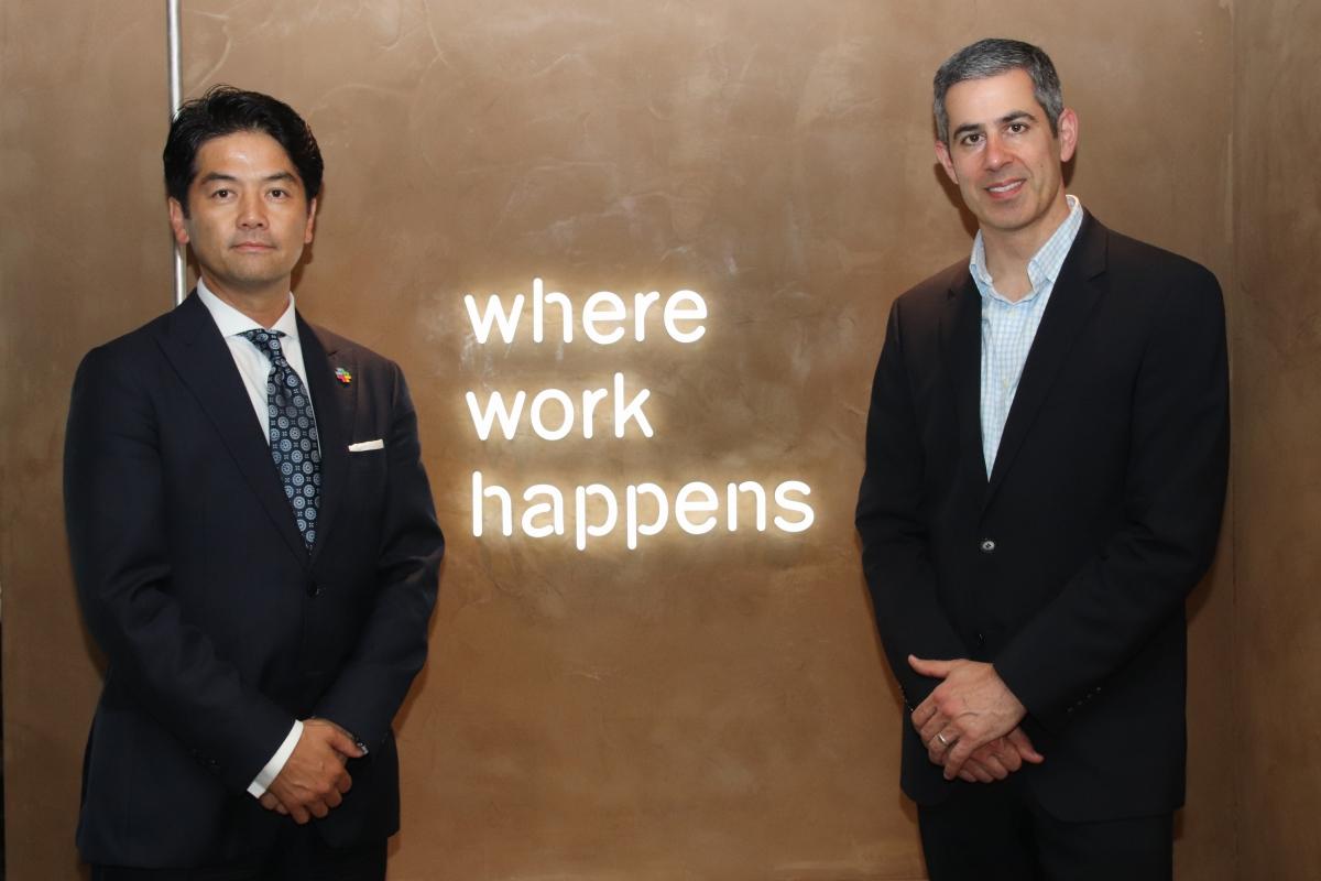 米Slack Technologiesエンタープライズプロダクト部門責任者のIlan Frank氏(右)とSlack Japan株式会社カントリーマネージャーの佐々木聖治氏(右)にお話を伺った