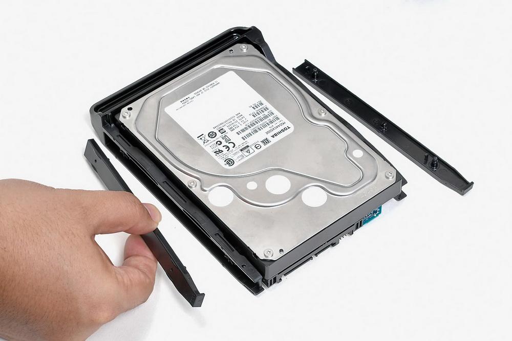 HDDの取り付けは工具不要。HDDをセットして、トレイに付属しているプレートで固定する