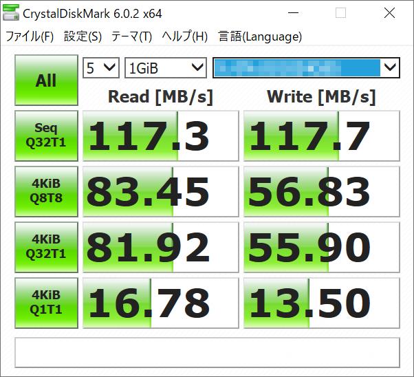 SSD NAS(左)と会社設置のファイルサーバー(右)の共有フォルダをWindows 10のネットワークドライブに割り当て、ベンチマークアプリ「CrystalDiskMark」で速度を測定した結果。ネットワーク帯域の上限からピークの転送速度はSSD NASでもHDD NASでも120MB/sあたりで頭打ちに。注目すべきは小さいファイルのランダムアクセス性能の差。SSD NASはHDD NASに対して、リードで最大10倍超、ライトで2倍超の性能を見せており、実際に使用した感触でも、SSD NASの方が軽快に感じられるのは、このあたりが要因だろう