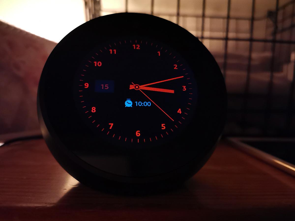部屋が暗くなると時計が赤く表示されるように