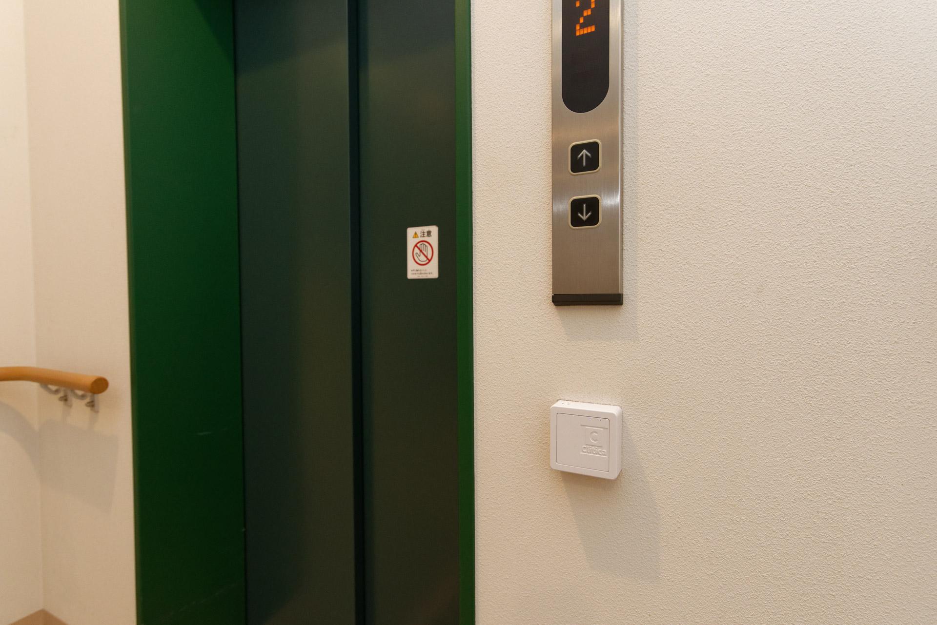 扉やエレベーターの近くにあるRFIDリーダー。システムに情報登録した鍵代わりのRFIDタグをかざすことで解錠できる
