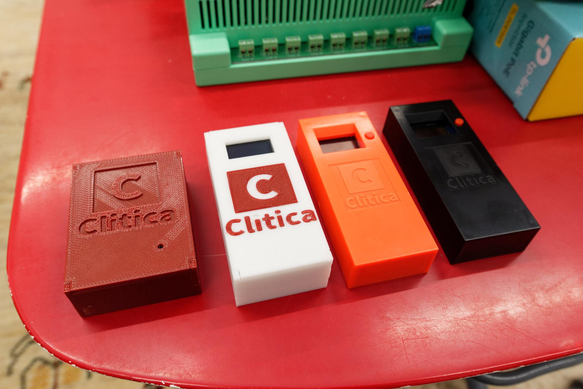 診療所の電子カルテ管理に使用している自作RFIDリーダー。左2つが初期のもの。徐々にバージョンアップして右のようになった