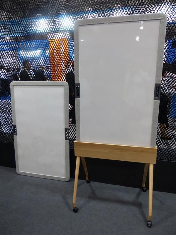 「201°」の新作アイテムとなるホワイトボード「ONIT」。オフィス内の各所に持ち運んで利用してもらうことを狙ってハンドルが付いており、写真のように専用スタンドに設置もできるが、マグネット式のために金属面に貼り付けて使うことも可能