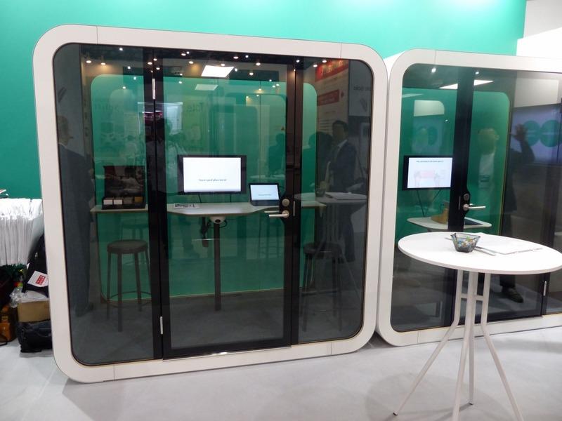 2人が入れるミーティングブースの「Framery Q」。フルクローズとなる空間とはいえ、手前のドアの面および奥の面は全面ガラス張りとなっており、密閉感は和らげられる