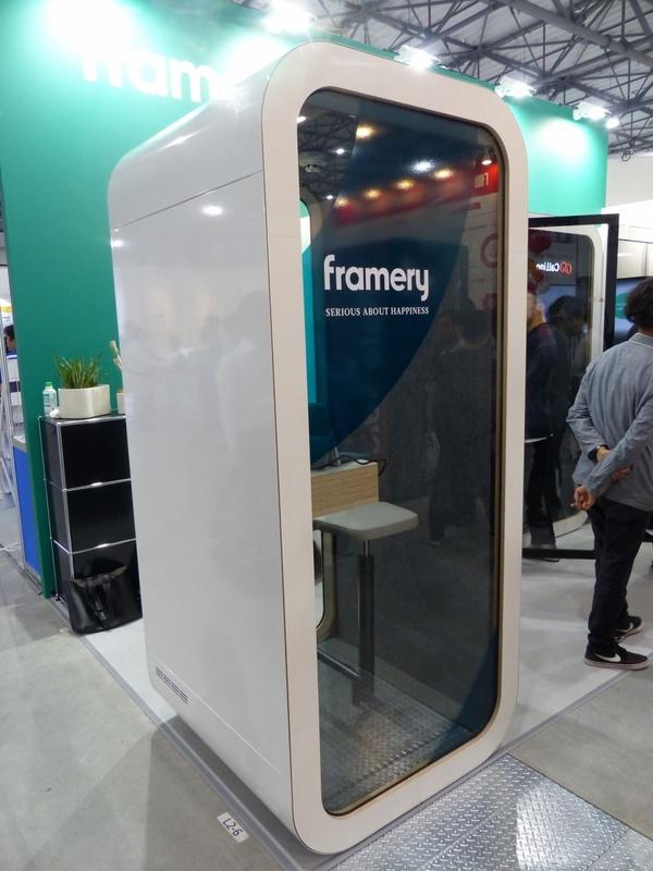 1人用テレフォンブースの「Framery O」。テレビ会議での使用を想定し、正面にディスプレイを取り付けられるスペースが設けられている