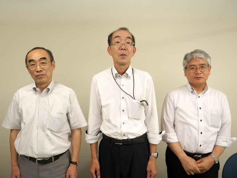日本水路協会の常務理事を務める芝田厚氏(左)、営業企画部長の小嶋哲哉氏(中央)、電子出版部長の若松昭平氏(右)の3名にお話をうかがった