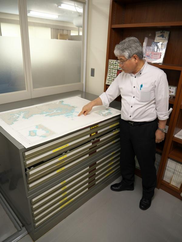 日本水路協会では、窓口で海図を販売している