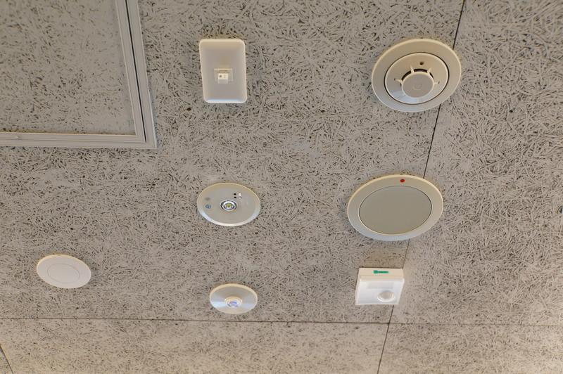 天井にセンサーやカメラが設置されている