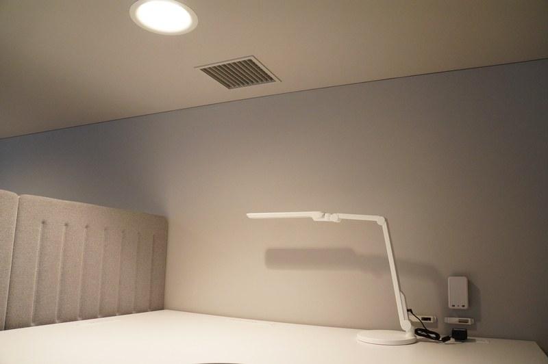 天井や足元に局所空調が設けられ、眠気を空調でコントロールする