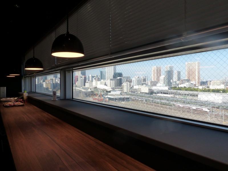 共有スペースのカウンター席からはトレインビューを堪能可能。品川駅の隣に開業予定の「高輪ゲートウェイ駅」も近い