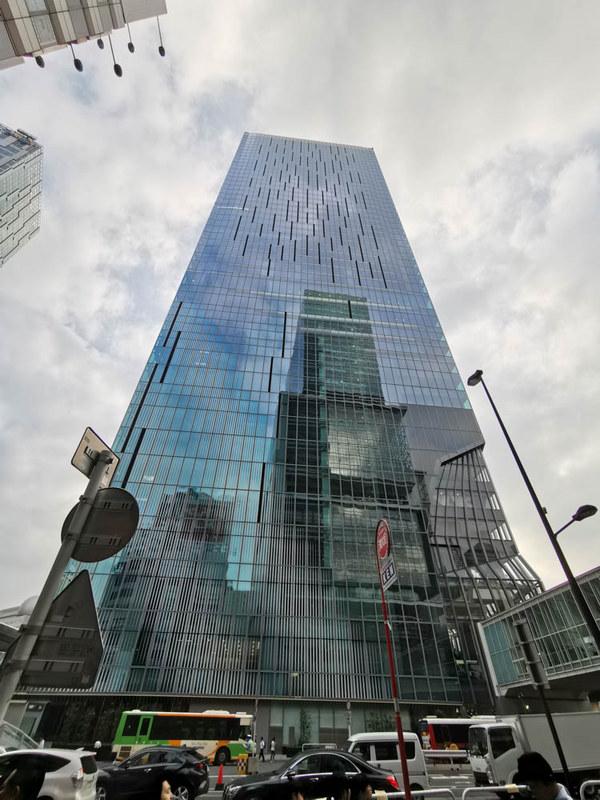 渋谷スクランブルスクエア第I期(東棟)。地上47階・高さ約230mは渋谷ではダントツトップ。壁面ガラスに映り込んでいるのは渋谷ヒカリエである