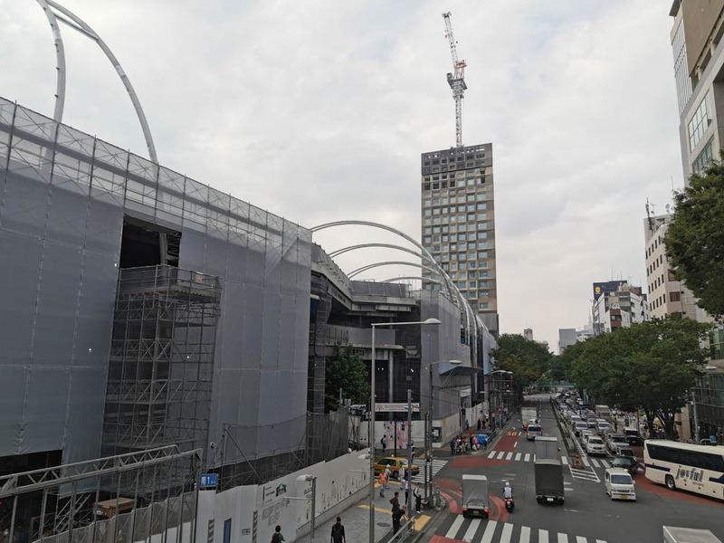 画面中央奥ののっぽのビルが神宮前六丁目ホテル計画のホテル。手前に伸びてきている構造物は新宮下公園で、商業施設が入る