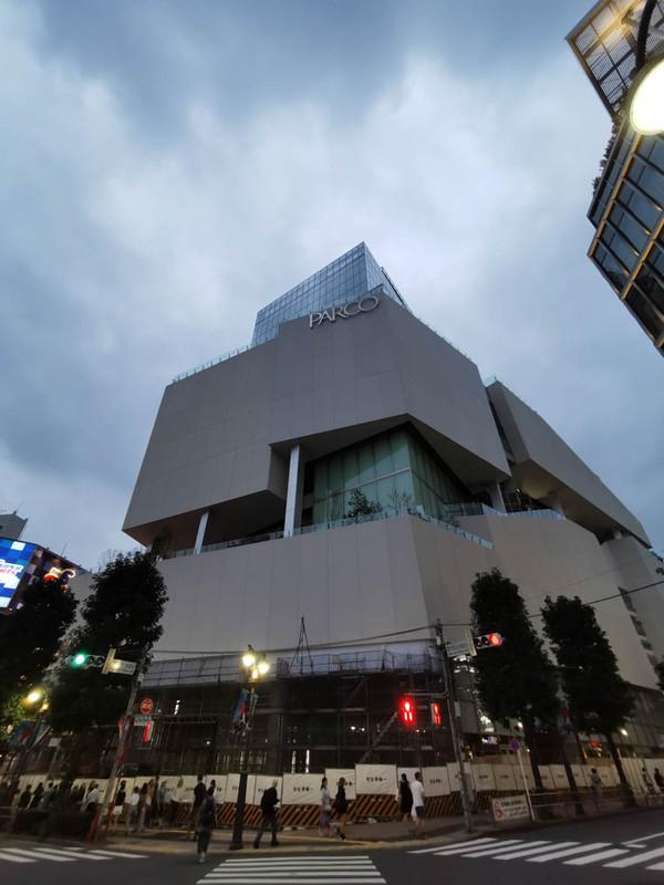 こちらは東急グループ関連ではないが、開業間近の渋谷パルコ。中央上部に見えるガラスの構造体も同じ建物。渋谷パルコ自体は10階屋上までで、それより上はオフィスフロアになる模様