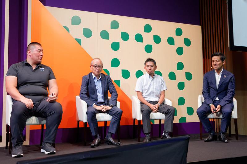 国内企業3社の事例を紹介。右端はモデレーターを務めたSlack Japanカントリー・マネージャーの佐々木聖治氏