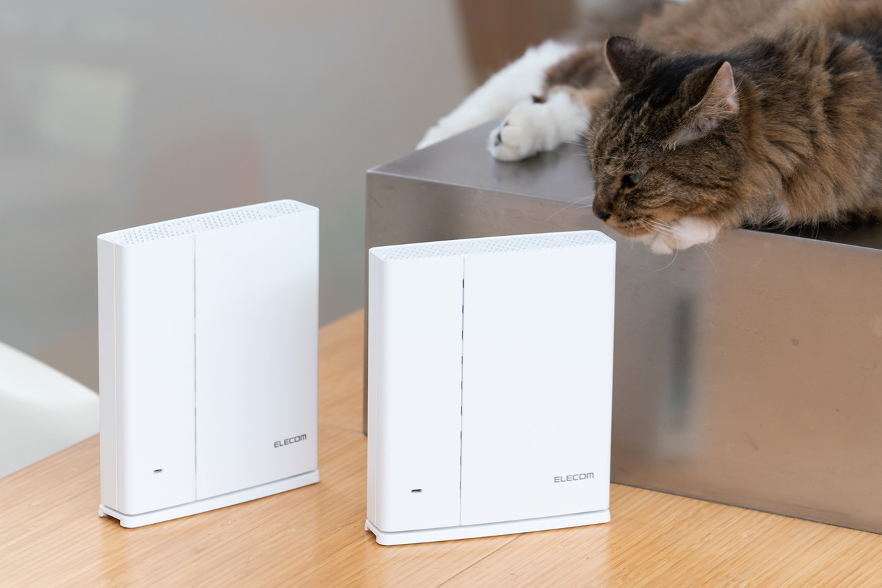 Wi-Fiルーター(右)とサテライト(左)のデザインはほぼ同一。横置きや壁掛けも可能なデザイン