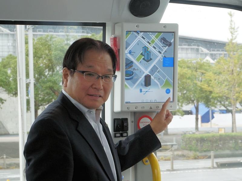 操作パネルを使って見せる千葉市副市長の鈴木 達也氏