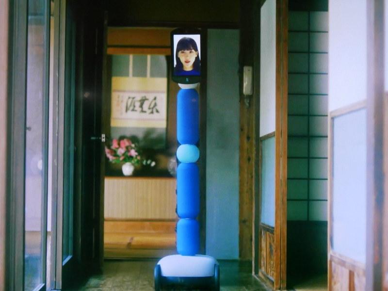 祖母の家に出向き、ANAアバターを使って家を歩きながら祖母を探す