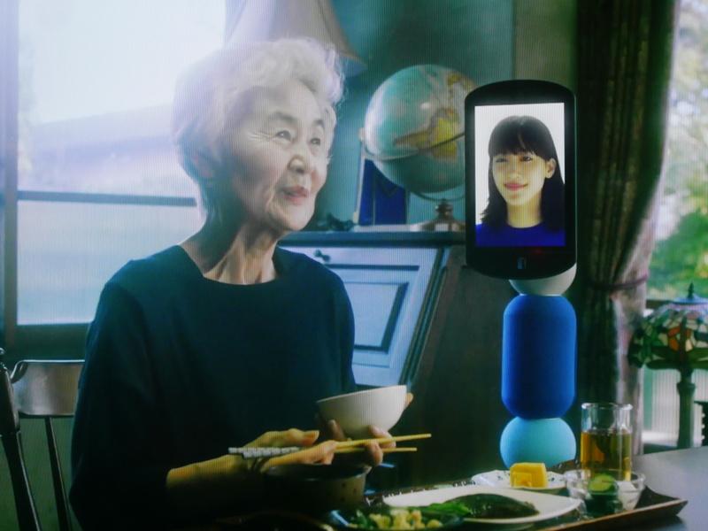 祖母は綾瀬さんと会話しながら楽しい食事の時間を楽しむ